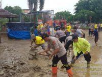 Pasca Bencana Banjir, Wakapolres Bogor Beserta Puluhan Personil Bersihkan Lokasi Pemukiman Warga