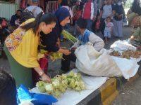 Esok Rebo Kasan Puncak Sajuta Kupat, Pedagang Kulit Ketupat di Pasar Cisarua Diserbu Warga