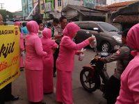 Istri Polisi Rancabungur Polres Bogor Bagi-bagi Takjil