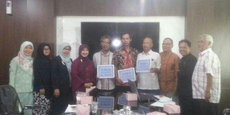 Kepala Bappeda Kota Bogor Serahkan Hadiah Sanitasi Award 2018