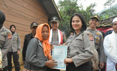 Polwan Cantik Polres Bogor Bagikan Akta Kelahiran Gratis di Desa Terisolir