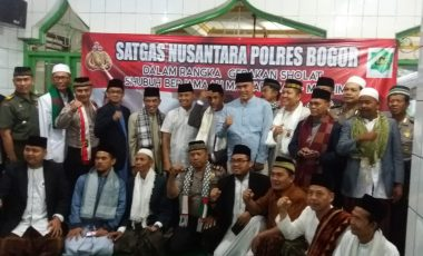 Satgas Nusantara Polres Bogor Sholat Subuh Berjamaah di Masjid Jami Miftahul Huda Rancabungur