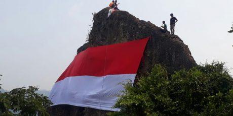 Bendera Merah Putih Raksasa Berkibar Di Langit Kecamatan Rumpin