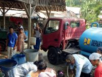 Dra. Hj. Saptariyani Bantu Masyarakat Desa Bantar Jati Yang Kesulitan Dapatkan Air Bersih