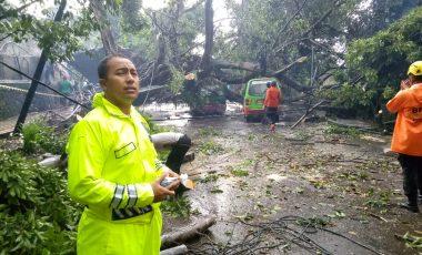Respon Cepat Polresta Bogor Kota  Dirikan Tenda Penampungan Pengungsi dan Evakuasi Korban Bencana Angin Puting Beliung