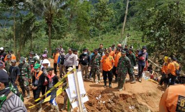 Kapenrem 061/Sk: Evakuasi dan Pencarian Korban Tanah Longsor Terus Dilakukan TNI Bersama Tim Gabungan