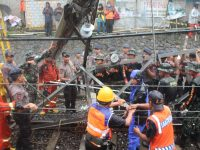Prajurit Yonif 315/Garuda Bahu Membahu Dalam Penanganan evakuasi Anjloknya KRL di Kebon Pedes