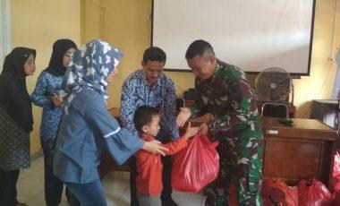 Yonif 315/Garuda Bagi Bagi Sembako Kepada Anak Yatim dan Masyarakat Kurang Mampu