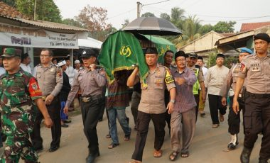 Almarhum Aiptu Setiawan Dimakamkan Secara Dinas Kepolisian di TPU Ciseeng