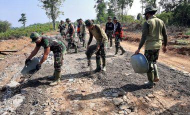 Genjot Pembangunan Akses Jalan, Hujan dan Panas Tak Surutkan Semangat Prajurit TMMD ke-109