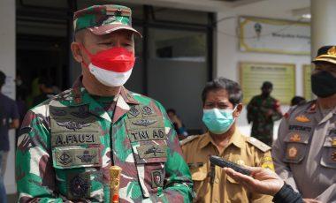 Danrem 061/Sk Sampeikan Pengtingnya Aplikasi Pedulilindungi Kepada Masyarakat Saat Tinjau Vaksinasi