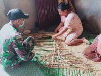 Lestarikan Karya Seni Anyaman Tikar Warga Dayak Berrsama Anggota Satgas Yonif 144/JY di Perbatasan