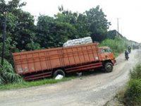 Jalan Rumpin Rusak Parah Truk Angkut Ampas Singkong Terguling