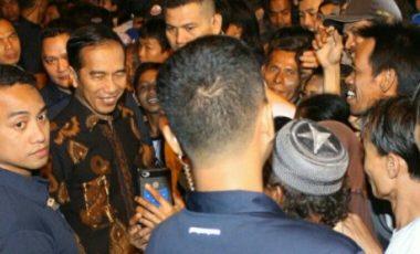 Presiden Jokowi Bagikan 900 Paket Sembako dan 300 Sarung Kepada Warga Bogor Barat